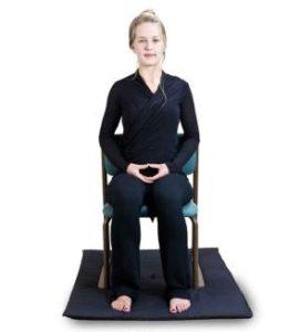 поза для медитации сидя на стуле