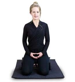поза для медитации сидя на коленях