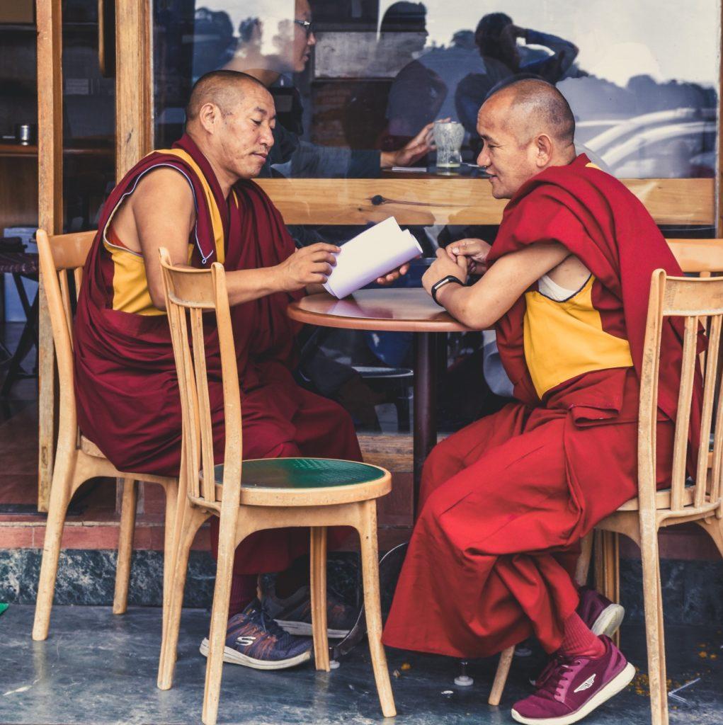 монахи в кафе