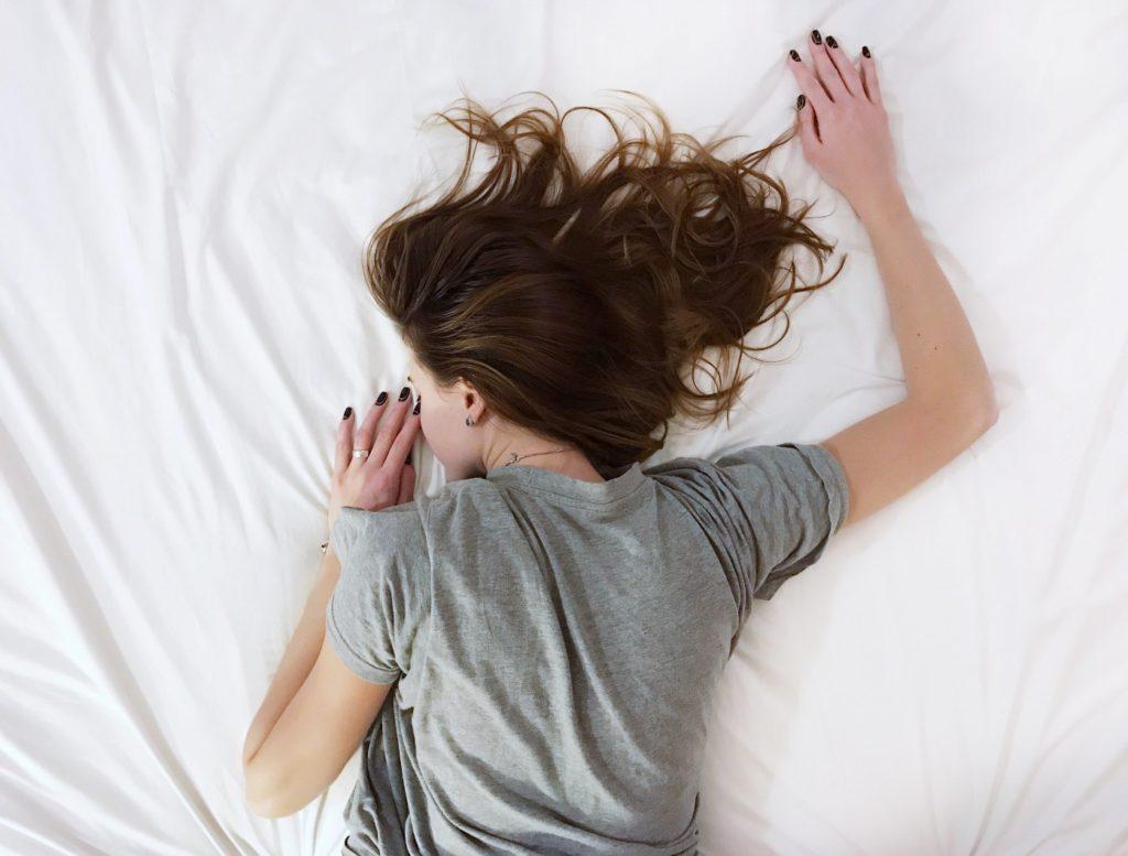 влияние сна. женщина спит